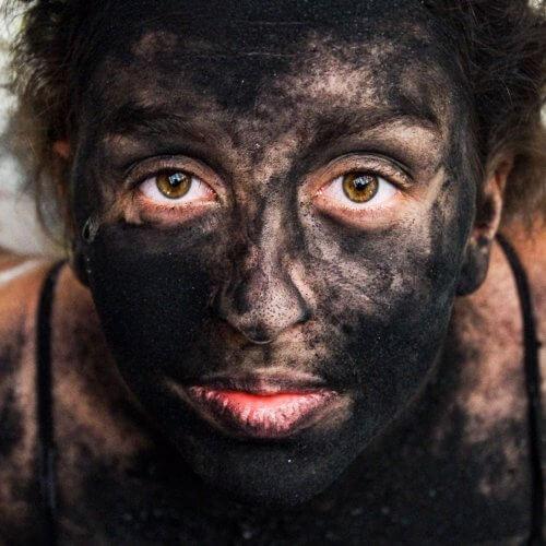 Nahaufnahme eines mit Kohle beschmierten Gesichts das eine Traene vergiesst. Dieses Foto wurde von Felicitas Jander in einer alten verlassenen Bowlinghalle aufgenommen.