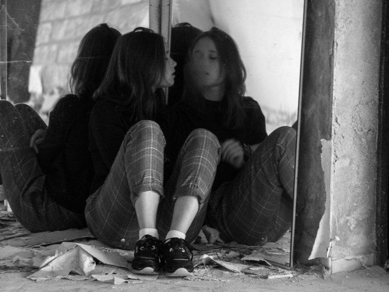 Eine Frau sitzt zwischen zwei Spiegeln. Der Ort ist in Dietenhofen zu finden.