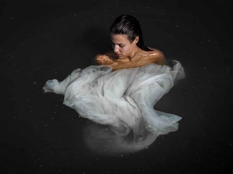 Eine Frau mit einem seidenen Wasserkleid bedeckt.