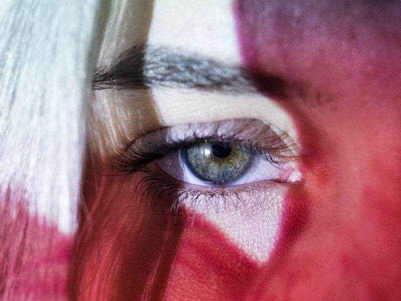 Das Auge von Friedel im Mittelpunkt des Fotografie-Projekts das Muster. Felicitas Jander lies das Auge von einem Beamer bescheinen.